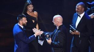 Lokacin da Lionel Messi ke karbar kyautar gwarzon dan kwallon bana a birnin Milan