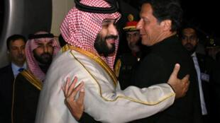 Príncipe Mohamed Ben Salmane acolhido pelo chefe do governo paquistanês Imran Khan ontem à sua chegada à Islamabad.
