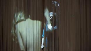 Cena da peça Ithaque, de Christiane Jatahy, em cartaz em Paris.