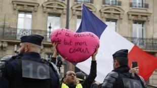 """Manifestante com coração onde se lê: """"MAcron, detesto-o com todo o meu coração"""". 28 de Setembro de 2019. Paris."""