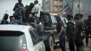 Des officiers de police battent des membres de l'équipe de Martin Fayulu, au cours d'une manifestation organisée le 30 juin 2019 à Kinshasa. (Archives)