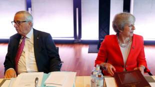 Chủ tịch Ủy Ban Châu Âu Jean-Claude Juncker (T) và thủ tướng Anh Theresa May, tại thượng đỉnh ở Salzbourg, Áo, ngày 20/09/2018.