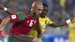 Le Marocain Nordin Amrabat à la lutte avec le Malien Hamari Traoré.
