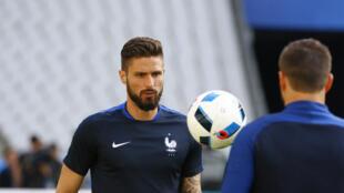 Echanges entre Olivier Giroud et André-Pierre Gignac (de dos).