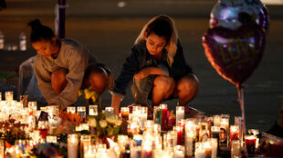 People mourning in Las Vegas on October 1, 2017 after a mass shooting left 59 dead.