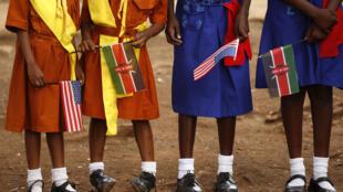 Des jeunes filles attendent la venue de l'ambassadeur américain au Kenya munies de drapeaux américains et kényans, le 10 mars 2018 à Nairobi, la capitale.