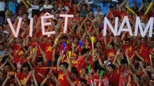 Cổ động viên Việt Nam trong một trận thi đấu bóng đá quốc tế tháng 12/2014. Ảnh minh họa.