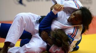 En demi-finale des championnats du monde 2014 de judo, Clarisse Agbegnenou a battu sa compatriote française Anne-Laure Bellard.