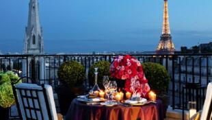 Vista privilegiada da suíte de luxo do cobiçado Hotel Georges V, em Paris.