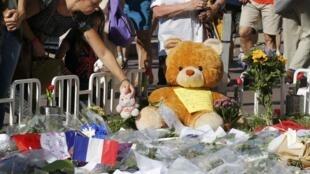 Người dân Pháp đặt hoa và gấu bông ngày 16/07/2016 để tưởng niệm các nạn nhân vụ khủng bố tại Nice, trong đó có 10 trẻ em.