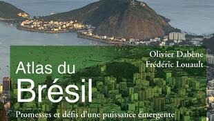 Capa da 2ª  edição do Atlas do Brasil, dos cientistas políticos franceses Olivier Dabène e Frédéric Louault.