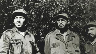 Ảnh tư liệu : Raul Castro (T) và người anh Fidel Castro (P) trong vùng đồi núi Sierra Maestra, Cuba, cuối những năm 50.