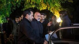Le journaliste et écrivain Ahmet Altan (au centre) salue sa fille Senem Altan, dans le quartier de Kadikoy à Istanbul, le 12 novembre 2019.