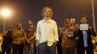 Le chorégraphe Erdem Gündüz est resté plus de 8h figé sur la place Taksim, Istanbul, pour honorer la mémoire des quatre victimes des manifestations durement réprimées en Turquie, le 17 juin 2013.