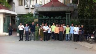 Các bằng hữu của blogger Nguyễn Xuân Diện trước trụ sở Viện Nghiên cứu Hán Nôm nơi ông làm việc, sau khi sự kiện xảy ra sáng 18/05/2012.