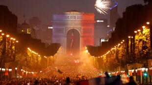 Cả một biển người tràn về đại lộ Champs-Elysées ăn mừng chiến thắng, Paris, ngày 15/07/2018.