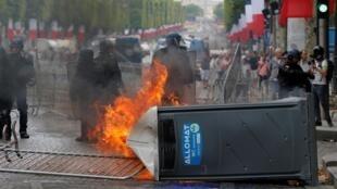 Торжественные мероприятия ко Дню взятия Бастилии сопровождались беспорядками. Полиция сообщила о 175 задержанных