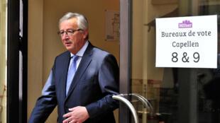 Jean-Claude Juncker, candidat au poste de futur président de la Commission européenne, quitte le bureau de vote du centre culturel de Capellen au Luxembourg, le 25 mai 2014