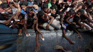 Người Rohingya chờ được phân phát hàng viện trợ tại Cox's Bazar, Bangladesh, ngày 24/09/2017