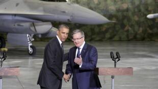 Tổng thống Obama và thủ tướng Ba Lan Bronislaw Komorowski tại sân bay Vacxava ngày 03/06/2014.