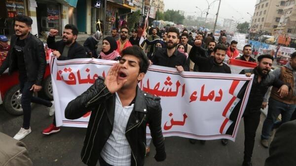 Manifestantes iraquianos nas ruas de Bagdá após a morte de vários manifestantes. Bagdá, 7 de dezembro de 2019.