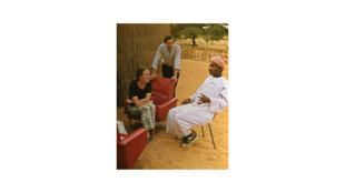 Bakary Diallo avec Marc Michel et Annie Duperray dans le village de M'Bala au Sénégal en 1973.