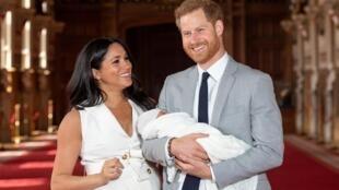 Harry e Meghan apresentam seu filho, Archie, sétimo na linha de sucessão ao trono britânico ocupado por sua bisavó Elizabeth II..