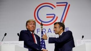 rais wa Ufaransa Emmanuel Macron akipeana mkono na rais wa Marekani Donald Trump wakati wa mkutano wa G7 huko Biarritz, France, August 26, 2019