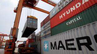 Tại một cảng ở Hải Phòng. Xuất khẩu của Việt Nam sẽ bị tác động của chiến tranh thương mại Mỹ-Trung.
