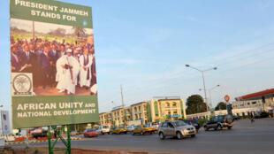 Une affiche de campagne du président Yahya Jammeh, à Banjul, capitale gambienne, le 22 novembre 2011.
