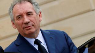 O ministro francês da Justiça, François Bayrou, que apresenta lei de moralização, quando o seu partido é suspeito de corrupção