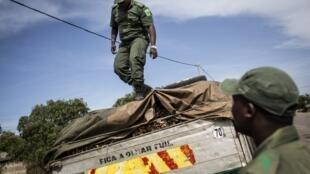 Polícia moçambicana inspeccionando camião em Moçambique