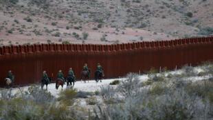 Fuerzas militares estadounidenses a caballo en la frontera con México, cerca de Jacumba, California, el pasado 14 de noviembre de 2016.