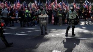 Nhiều người dân Hồng Kông tập hợp gần đại sứ quán Mỹ, giương cao cờ Mỹ để tỏ lòng cảm ơn sự ủng hộ của Washington, ngày 01/12/2019.