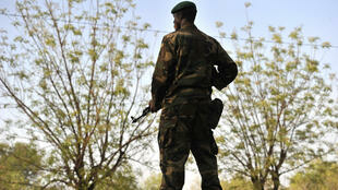 Малийский солдат неподалеку от Бамако