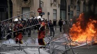 Wani yanki a gaf da fadar shugaban Faransa ta Champs Elysee, yayin arrangama tsakanin masu zanga-zanga da 'yan sanda.