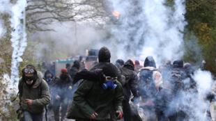 """""""Zadistas"""" e policiais se enfrentam em Notre Dame des Landes, nas proximidades de Nantes (oeste), em imagem do dia 10 de abril."""