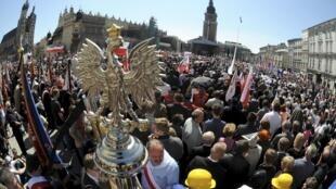 Đông đảo người dân Ba Lan đứng chật quảng trường trung tâm để tiễn đưa tổng thống Lech Kaczynski lần cuối.