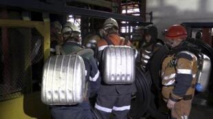 По данным МЧС, на шахте «Северная» сохраняется угроза повторных взрывов.