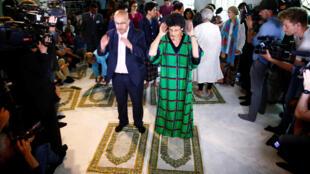 Мужчина и женщина молятся вместе в либеральной мечети Ибн-Рушд-Гете в Берлине, 16 июня 2017