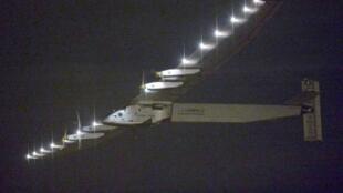 O avião Solar Impulse está no meio do caminho entre o Japão e o Havai .