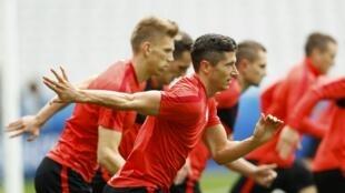 Sesion de entrenamiento de la seleccion de Polonia en la Eurocopa 2016 con su lider Robert Lewandowski.