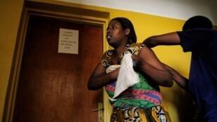 Une femme avec son enfant se rend au planning familial de Rwamagana, au Rwanda. (Image d'illustration)
