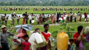 Refugiados Rohingyas enquanto aguardam autorização para entrar no Bangla Desh. Outubro 2017