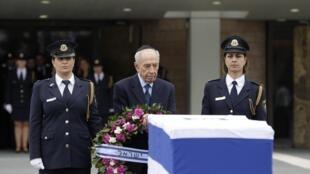O presidente de Israel, Shimon Peres, diante do caixão de Sharon exposto na entrada do parlamento (Knesset), em Jerusalém, 12 de janeiro de 2014.