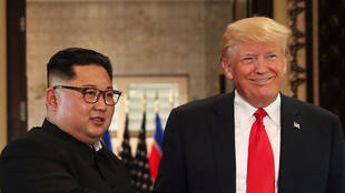Trump e Kim Jong-un dão aperto de mão histórico em Singapura, em 12 de junho de 2018.
