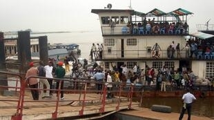 Locals in Kinshasa take the boat to cross over to Congo-Brazzaville. Plans to build a new bridge on the Congo River will mean they can now travel by road