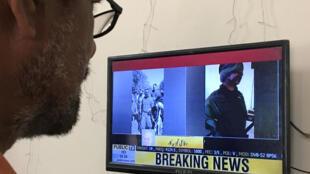 Tại Karachi, đài truyền hình trưng ảnh phi công máy bay Ấn Độ bị Pakistan bắn hạ.
