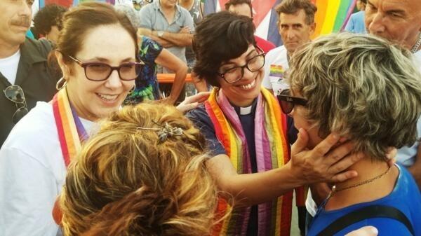 A pastora Elaine Saralegui Caraballo (à direita), ao lado de Mariela Castro, durante a Jornada Contra a Homofobia e a Transfobia, em Havana.