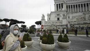 Devant le monument dédié à Victor-Emmanuel II, dans le centre de Rome, le 1er mars 2020.